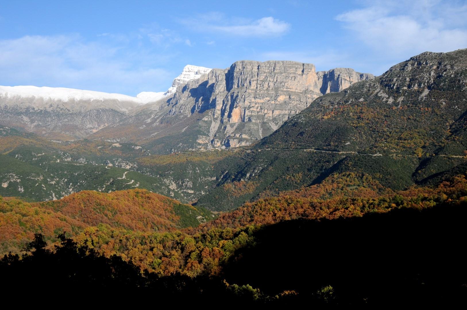 Οι Πύργοι Παπίγκου και η ευρύτερη κοιλάδα του Βοιδομάτη ανάμεσα από τα χωριά Πάπιγκο, Βίκος, Αρίστη, Άγιος Μηνάς και Κλειδωνιά ΧΠ