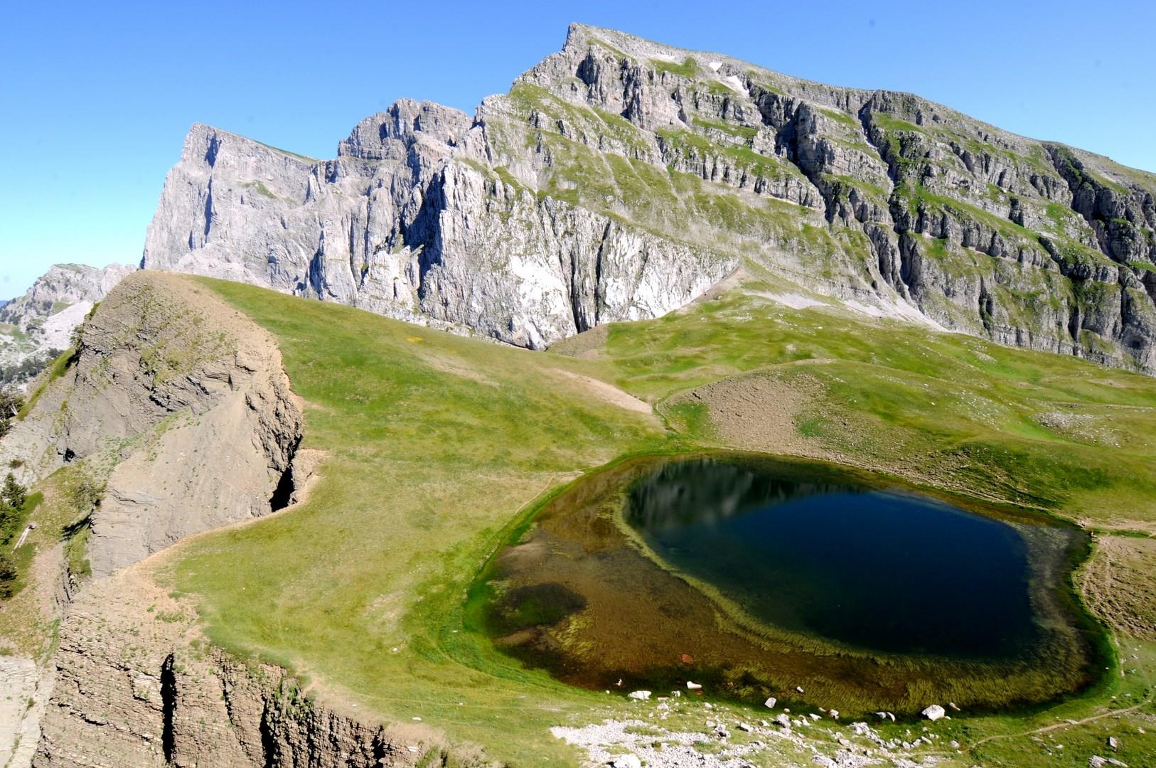 η Δρακόλιμνη Τύμφης και η κορυφή Γκαμήλα (2497μ) - ΧΑΡΗΤΑΚΗΣ ΠΑΠΑΙΩΑΝΝΟΥ/ HARITAKIS PAPAIOANNOU