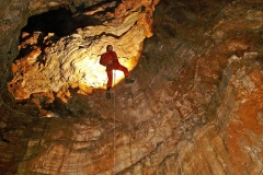 1024 Σπηλαιολόγος σε βάραθρο 1023 Έρευνα πεδίου για τον εντοπισμό σπηλαιοβαράθρων. - ΜΑΝΩΛΗΣ ΔΙΑΜΑΝΤΟΠΟΥΛΟΣ/ MANOLIS DIAMANTOPOULOS