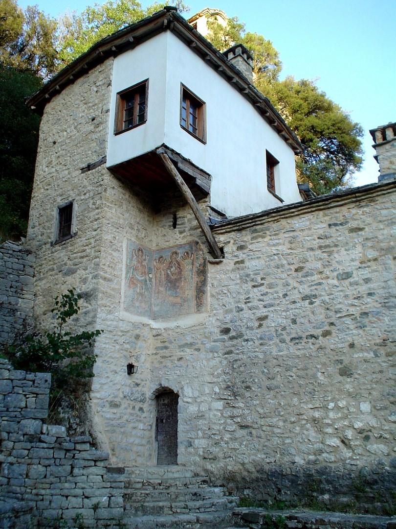 Η Μονή Παναγίας Σπηλιώτισσας στον Βοϊδομάτη (Αρίστη) Εικόνισμα στην είσοδο του φαραγγιού του Βίκου από το χωριό Βίκος Δίλοφο, Αυλόπορτα αρχοντικού στη Βίτσα Αρχοντικό στο Τσεπέλοβο Αγιος Αθανάσιος Μονοδεντρίου - ΧΑΡΗΤΑΚΗΣ ΠΑΠΑΙΩΑΝΝΟΥ/ HARITAKIS PAPAIOANNOU