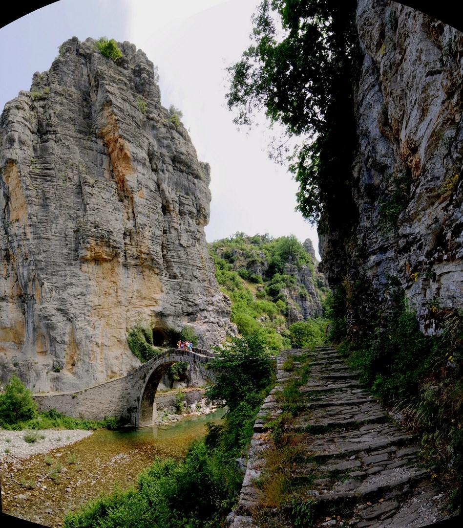 Χαρακτηριστικές γεωμορφές στο γεφύρι του Νούτσου (κόκκορη) Το φαράγγι Βικάκι και στο βάθος οι κορφυές Κούστα και Κοζιακός Το Τρίτοξο ή Καλογερικό γεφύρι στους Κήπους Πάπιγκο, Μονοδέντρι, Λιθανάγλυφο από Κονιτσιώτες μαστόρους στον ενοριακό ναό Αγίου Βλα΄σιου Παπίγκου Κουκούλι, Η Μονή Παναγίας Σπηλιώτισσας στον Βοϊδομάτη (Αρίστη) Εικόνισμα στην είσοδο του φαραγγιού του Βίκου από το χωριό Βίκος Δίλοφο, Αυλόπορτα αρχοντικού στη Βίτσα Αρχοντικό στο Τσεπέλοβο Αγιος Αθανάσιος Μονοδεντρίου - ΧΑΡΗΤΑΚΗΣ ΠΑΠΑΙΩΑΝΝΟΥ/ HARITAKIS PAPAIOANNOU
